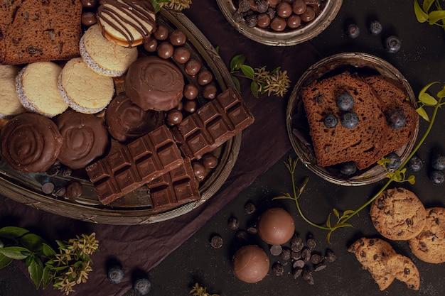 Savoureux assortiment à plat de chocolat mélangé Photo gratuit