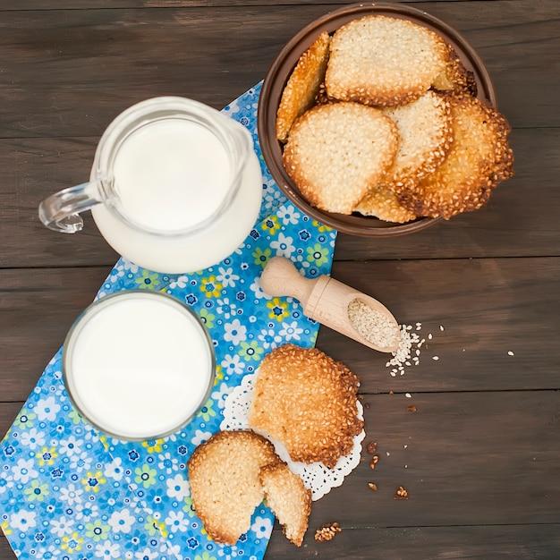 Savoureux biscuits et verre de lait sur bois rustique Photo Premium