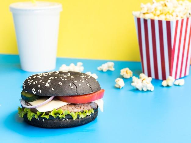 Savoureux burger à la laitue et aux tomates Photo gratuit