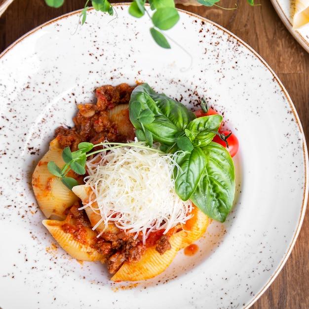 De Savoureux Canellonis Italiens Avec Sauce Bolognaise. Vue De Dessus. Fermer Photo Premium