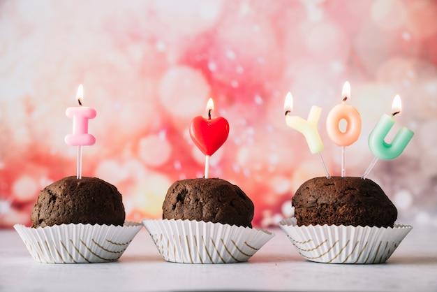 Savoureux gâteaux avec je t'aime titre de bougies allumées Photo gratuit