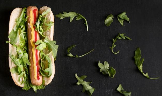 Savoureux Hot-dog Avec Des Légumes à Plat Photo gratuit