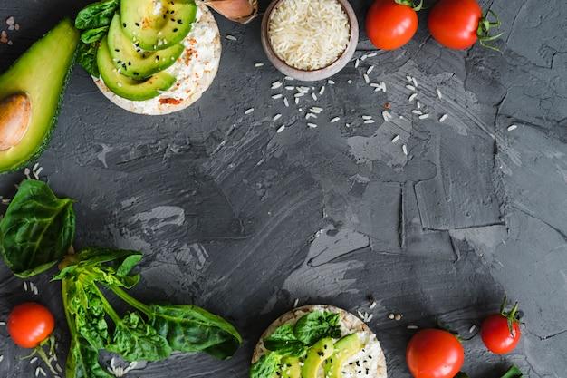 Savoureux plats et ingrédients disposés sur une surface rugueuse avec un espace pour le texte Photo gratuit