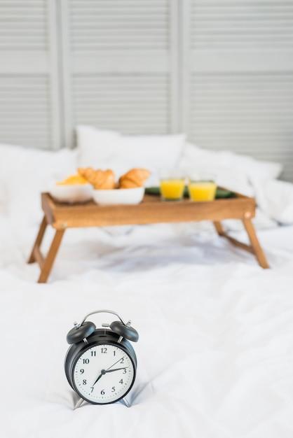 Savoureux repas sur la table du petit déjeuner et snooze sur le lit Photo gratuit