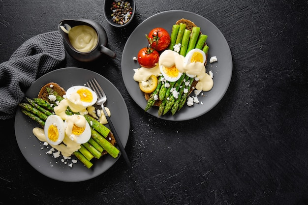 Savoureux toasts aux asperges, œufs et sauce Photo Premium