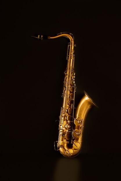 Sax saxophone ténor doré en noir Photo Premium