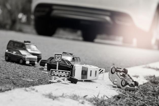 Scène D'accident De Voiture (miniature, Jouet) Dans La Rue Concept D'assurance. Photo Premium