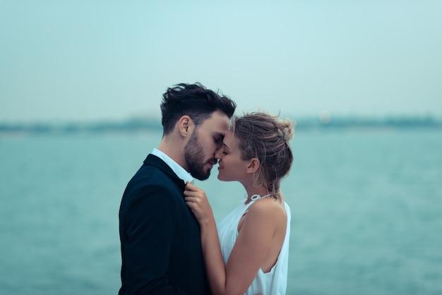 Scène d'amour d'amoureux sur un yacht de luxe, mari et femme Photo Premium