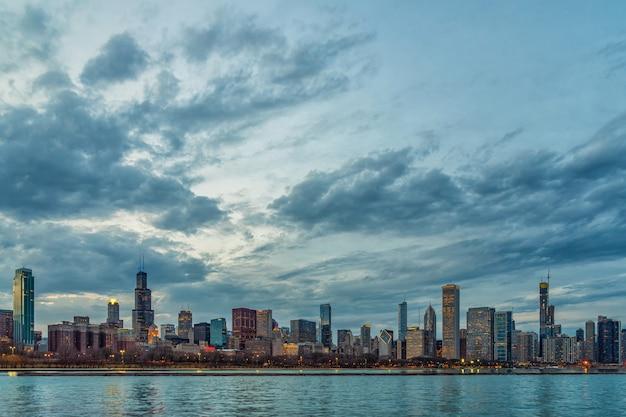 Scène du bord de la rivière chicago cityscape le long du lac michigan au crépuscule, états-unis Photo Premium