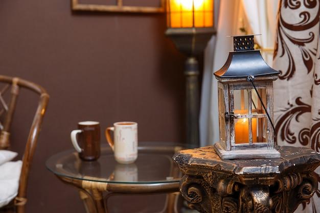 Scène D'hiver. Salon, Tasses, Bougie Sur La Table. Photo Premium