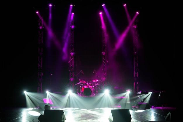 Scène libre avec fond de lumières, appareils d'éclairage. Photo Premium