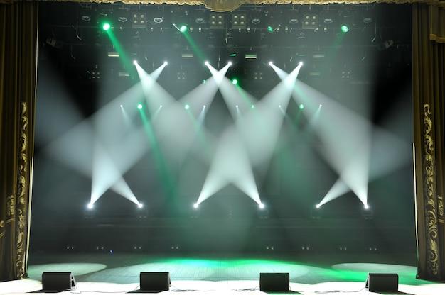 Scène Libre Avec Lumières, Appareils D'éclairage. Contexte. Photo Premium