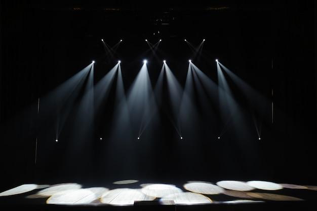 Scène Libre Avec Lumières, Appareils D'éclairage. Spectacle De Nuit. Photo Premium