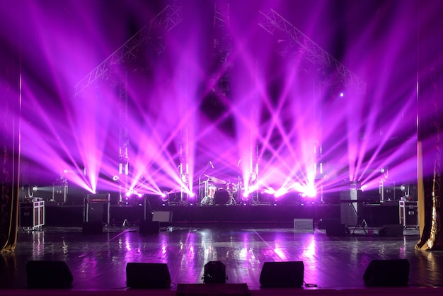 Scène libre avec lumières, appareils d'éclairage. Photo Premium