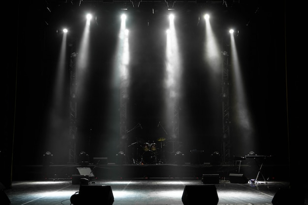 Scène, lumière de scène avec spots colorés et fumée Photo Premium