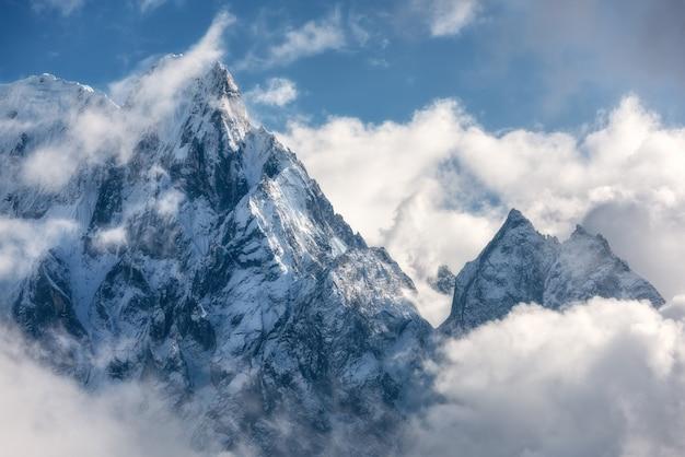 Scène Majestueuse Avec Des Montagnes Aux Sommets Enneigés Dans Les Nuages Au Népal Photo Premium