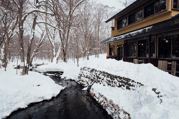 Scène de neige et hôtel Photo gratuit