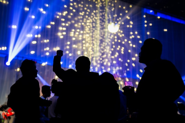 Scène de nuit concept flou en concert fête avec public et éclairage led coloré. Photo Premium