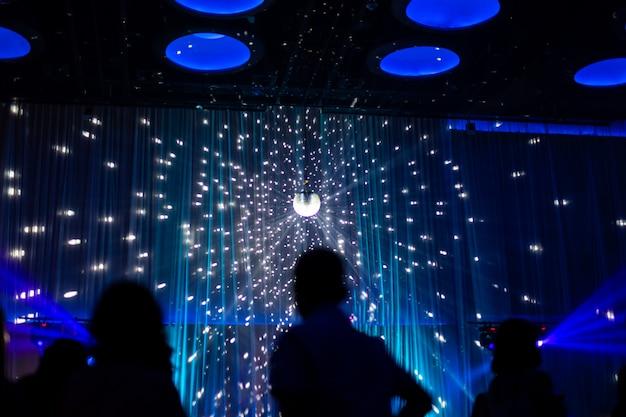 Scène de nuit concept flou en concert fête avec public silhoette. Photo Premium