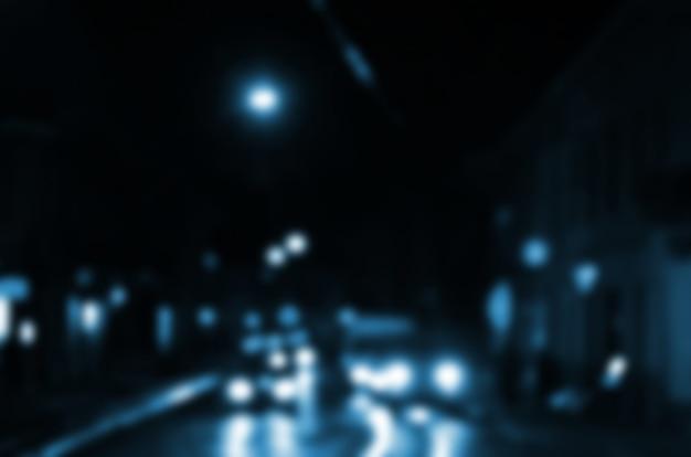 Scène de nuit floue de la circulation sur la chaussée. image défocalisée de voitures voyageant avec des phares lumineux. Photo Premium