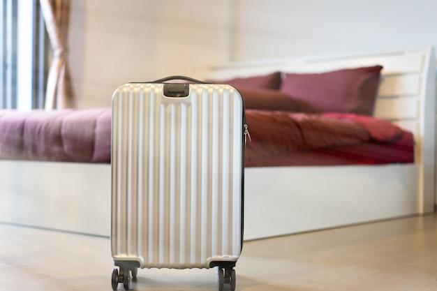 Une scène de prêt à la caisse avec les bagages et le lit dans la chambre d'hôtel. Photo Premium