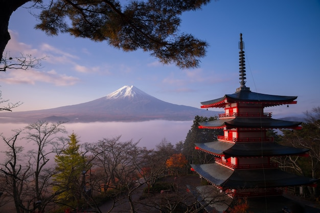 Scène Rare De La Pagode Chureito Et Du Mont Fuji Avec Brouillard Matinal, Japon En Automne Photo Premium