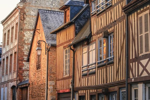 Scène De Rue De Maisons De La Vieille Ville à Honfleur, Normandie, France Photo Premium