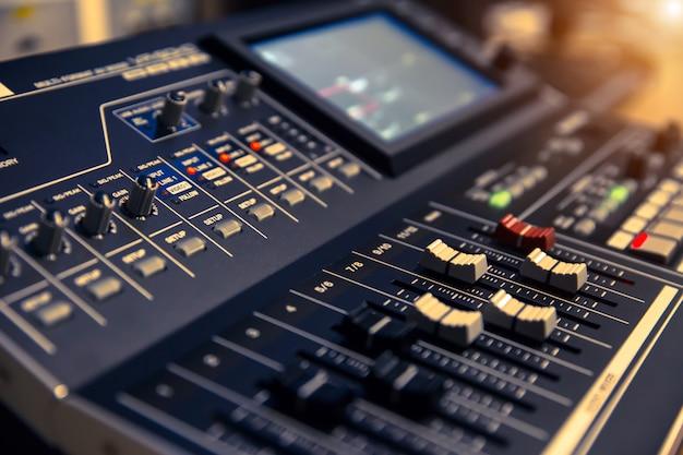 Schéma de contrôle du volume sur le mixeur audio professionnel. Photo Premium