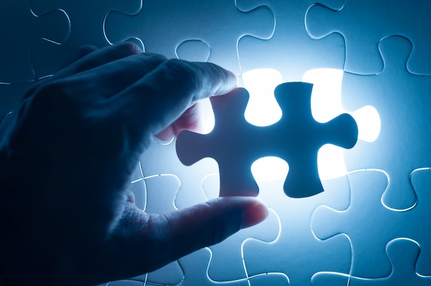 Scie sauteuse à main, image conceptuelle de la stratégie d'entreprise Photo Premium
