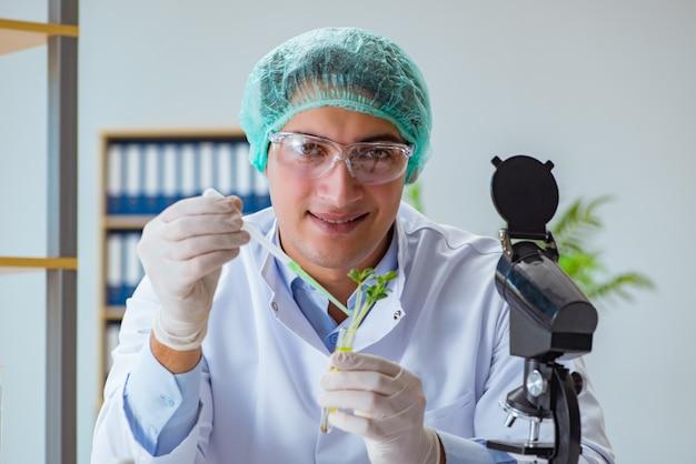 Scientifique en biotechnologie travaillant dans le laboratoire Photo Premium