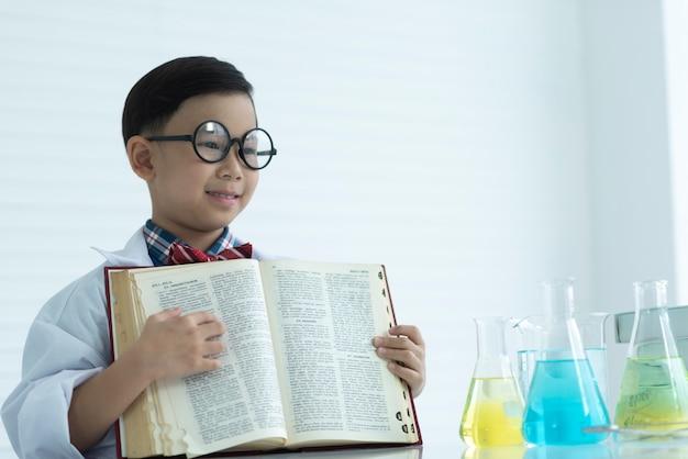Scientifique de l'enfance apprentissage dans le laboratoire de chimie Photo Premium