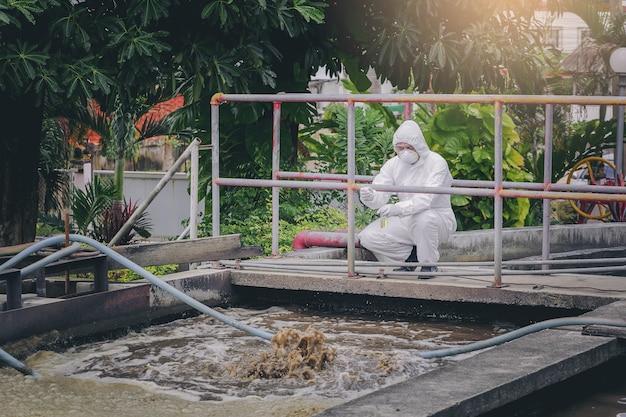Scientifique expérimentant la qualité de l'eau dans un système de traitement des eaux usées. Photo Premium