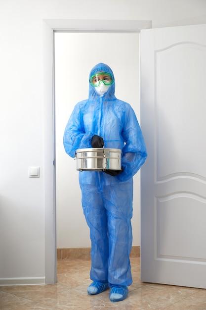 Scientifique Médical Méconnaissable En Uniforme De Protection Ouvrant Les Portes Et Entrant Dans La Salle De Laboratoire Photo Premium