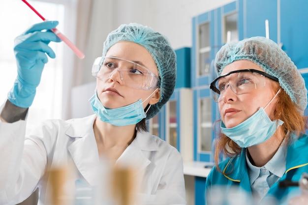 Scientifique Pipetage Dans Un Laboratoire Biomédical Photo Premium