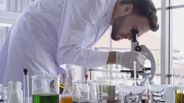Scientifique travaille avec du matériel scientifique en laboratoire. concept de recherche scientifique. Photo Premium