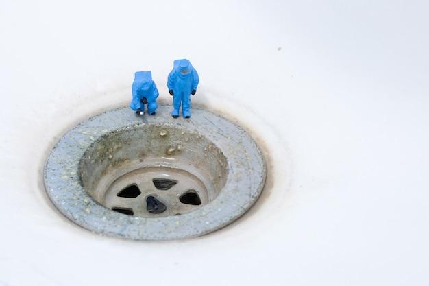 Scientifiques chimiques contrôle assainissement sale bassin évier Photo Premium