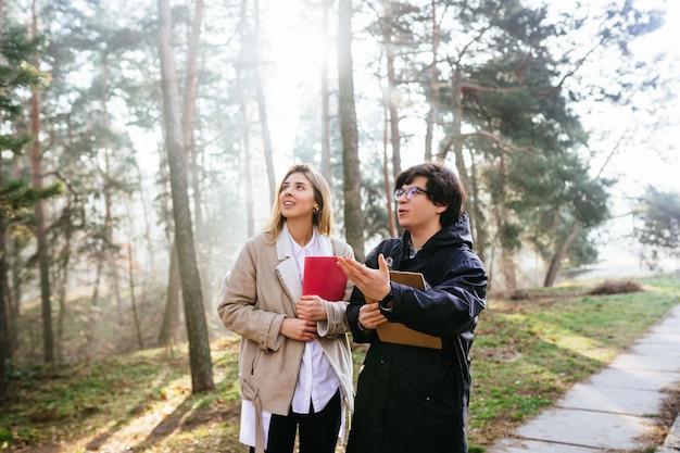 Les Scientifiques étudient Les Espèces Végétales Et Inspectent Les Arbres Dans La Forêt Photo gratuit