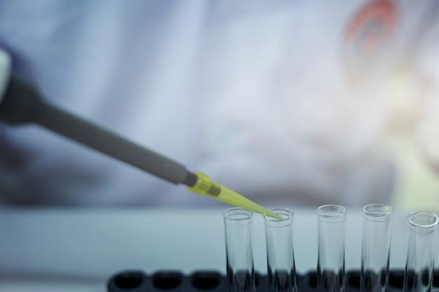 Les scientifiques expérimentent dans le laboratoire. Photo Premium