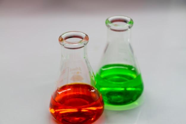 Les scientifiques expérimentent dans les laboratoires. Photo Premium