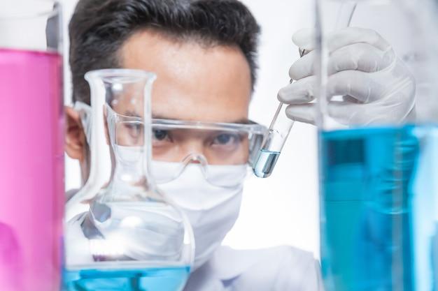 Les scientifiques expérimentent. Photo Premium