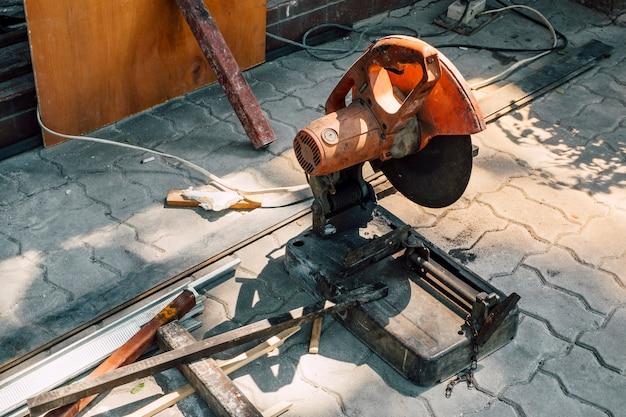 Scier le métal coupe la machine Photo gratuit