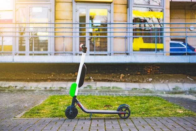 Les scooters électriques se promènent dans les rues du centre-ville. scooters publics à louer Photo Premium