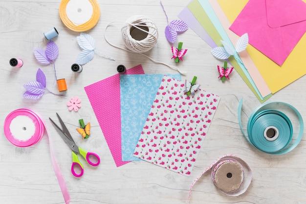 Scrapbooking cartes de voeux avec des éléments décoratifs sur fond texturé blanc Photo gratuit