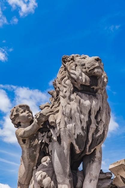 Sculpture du lion conduit par un enfant au pont alexandre iii à paris Photo Premium