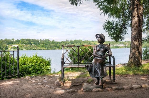 Une Sculpture D'une Fille Résidente D'été Sur Un Banc Dans La Ville De Plyos Sur Le Quai De La Volga Sur Une Journée D'été Ensoleillée Photo Premium