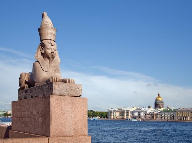 Sculpture de granit en egypte sur le remblai de la rivière neva. Photo gratuit