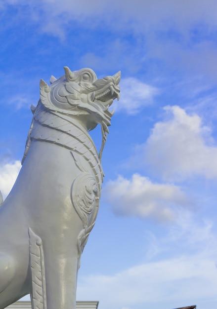 Sculpture Singha Seul Sur Le Ciel Bleu Photo Premium