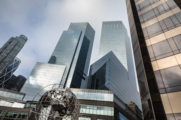 Sculpture De La Terre Devant Trump Towers à New York Photo Premium