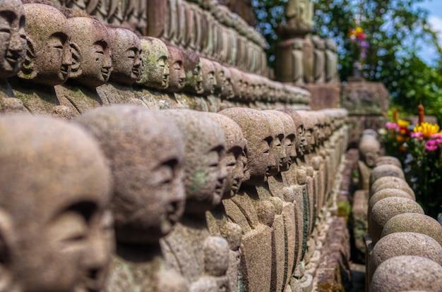 Sculptures En Pierre Dans Un Temple Photo Premium