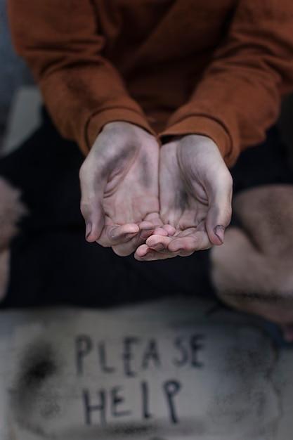 Sdf Mendiant Avec S'il Vous Plaît Aider à Signer Photo gratuit